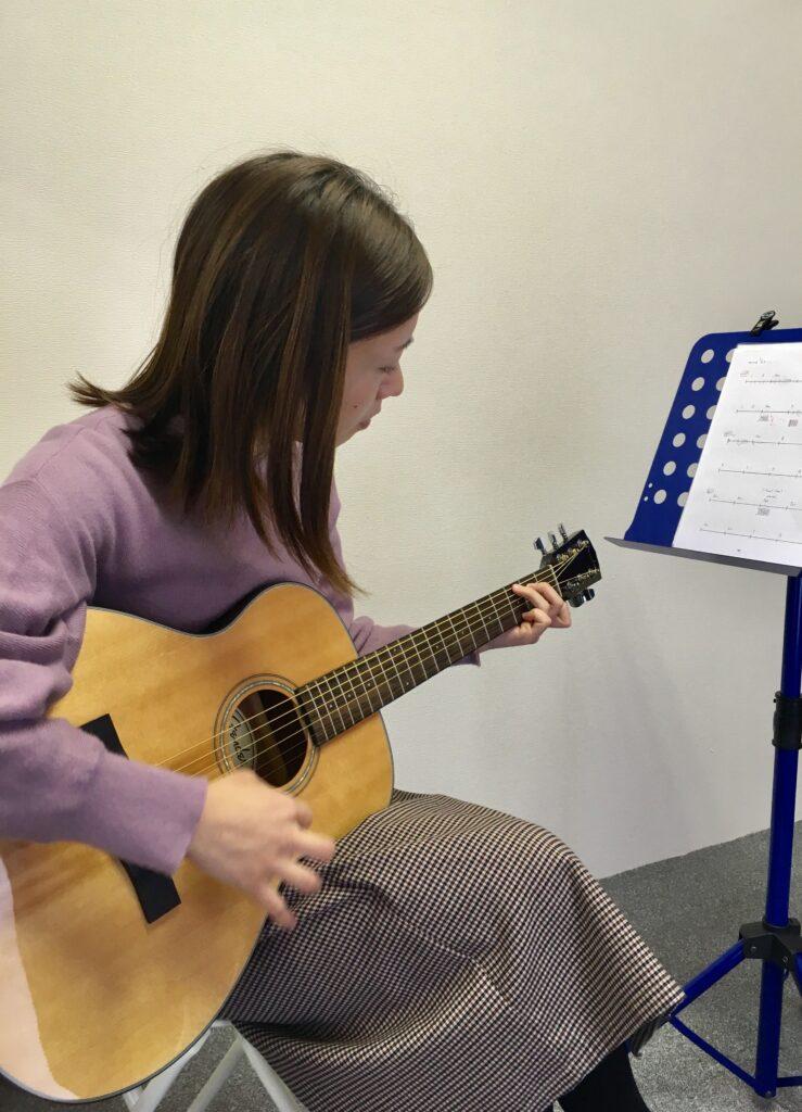 アコギ演奏女性1