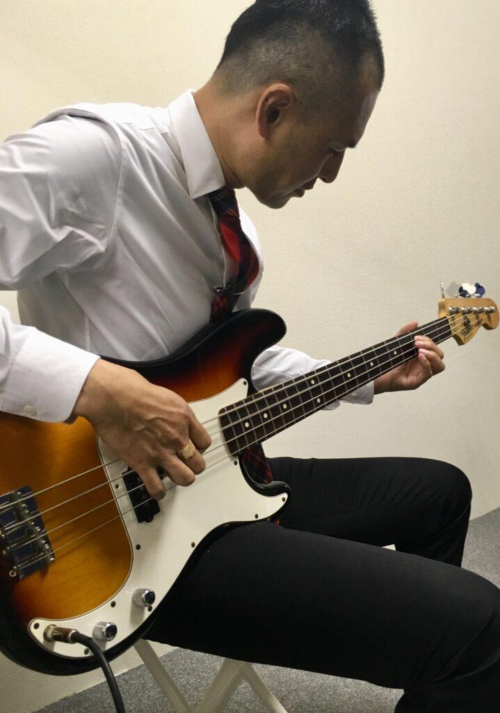 ベース演奏男性